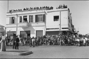 תמונה היסטורית של הפגנה בכפר סבא ליד מלון המרכז